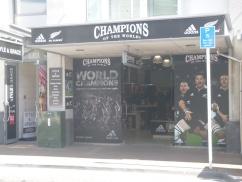 4. L'amour des kiwis pour leur équipe de rugby transpire partout (notez ici le mot grace à côté de la photo classe d'à-côté...)