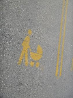 44. En NZ, au supermarché il n'y a pas que les handicapés qui ont des places de parking prioritaires...il y a aussi les parents avec poussette !