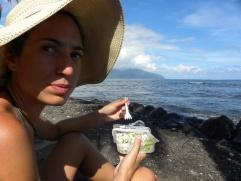 65. Goûter local - Poisson cru + lait de coco face à la mer