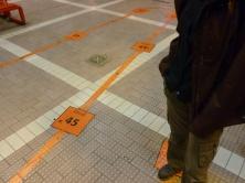 25. Au Canada on fait la queue pour prendre le bus ! Des repères sont mêmes marqués au sol pour éviter toute confusion...