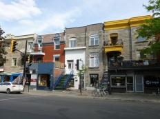 9. Bâtiments colorés et dépareillés un peu partout en ville