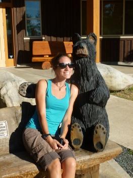 103. A Port Alberni Lucile fleurta avec un ourson...