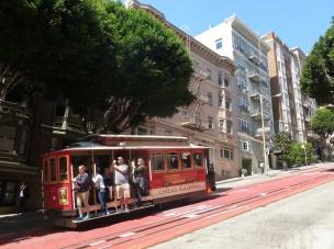 7-les-fameux-cable-car-bondes-arpentent-les-rues-pentues-de-la-ville