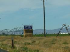 86-des-panneaux-sur-le-bord-des-routes-nous-rappellent-la-campagne-presidentielle-en-cours