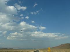 93-nous-quittons-le-parc-yosemite-pour-la-death-valley-ou-nous-croisons-un-avion-de-chasse-a-lentree