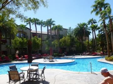 10-le-lendemain-repos-au-bord-de-la-piscine-parce-quune-piscine-en-plein-desert-ca-ne-se-refuse-pas