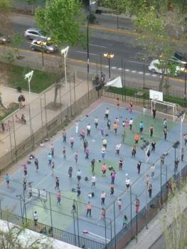 15-au-chili-on-observe-souvent-des-cours-de-danse-collectifs-en-plein-air-ici-en-bas-de-notre-batiment