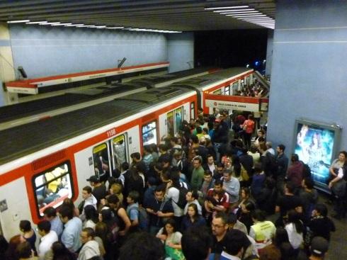 24-aventuriers-que-nous-sommes-nous-tentons-meme-le-metro-de-santiago-aux-heures-de-pointe