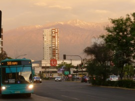 28-la-chaine-de-montagnes-qui-entoure-la-ville-nous-rappelle-la-nature-et-produit-un-contraste-epatant