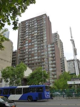 4-du-trafic-de-la-pollution-et-des-buildings-ici-celui-ou-l-on-dort-en-soi-santiago-est-plutot-laide