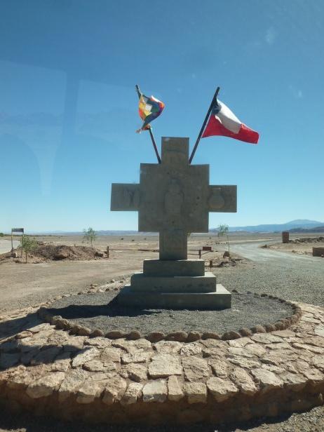 55-croix-des-andes-et-drapeaux-aymara-et-chilien