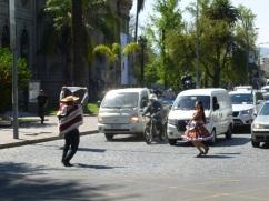 6-a-santiago-on-trouve-des-animations-a-chaque-coin-de-rue-ici-une-cueca-danse-traditionelle-locale