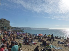 68-beaucoup-de-monde-sur-la-plage-et-on-na-pas-vraiment-compris-pourquoi-avec-tout-ce-beton-qui-lentoure