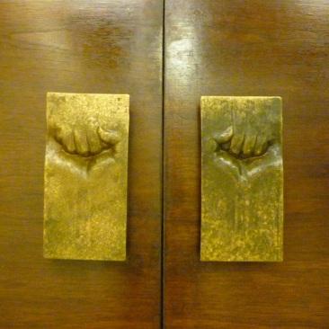7-poignees-d-une-des-portes-du-gam-batiment-emblematique-du-gouvernement-allende-elles-furent-retournees-les-poings-vers-le-bas-du-temps-de-pinochet