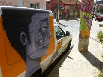 77-meme-les-voitures-de-valpo-arborent-du-street-art