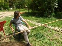 22-une-autre-activite-ramener-du-bambou-et-en-retirer-lecorce-pour-la-construction-des-murs-cette-fois