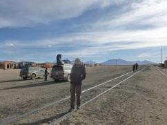 37-pause-pres-des-rails-qui-menent-au-port-dantofagasta-chili-depuis-potosi-ou-comment-les-espagnols-viderent-la-bolivie-de-ses-richesses-minieres