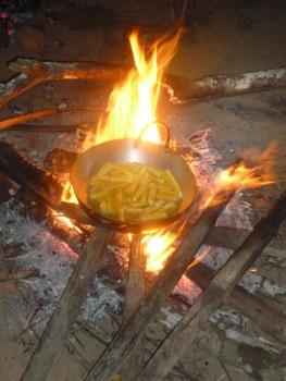 46-des-frites-de-yuca-cuites-au-feu-de-bois-pour-notre-dernier-repas-miam