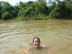 77-petit-bain-dans-le-fleuve-pour-nager-avec-des-dauphins-timides