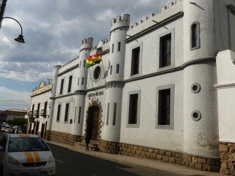 81-retour-a-sucre-les-casernes-boliviennes-arborent-souvent-des-representations-de-forteresse-en-carton-pate