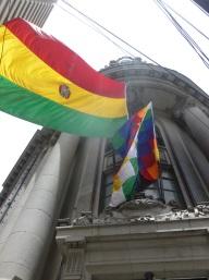10. Le drapeau Aymara figure en permanence aux côté du drapeau national sur les bâtiments officiels