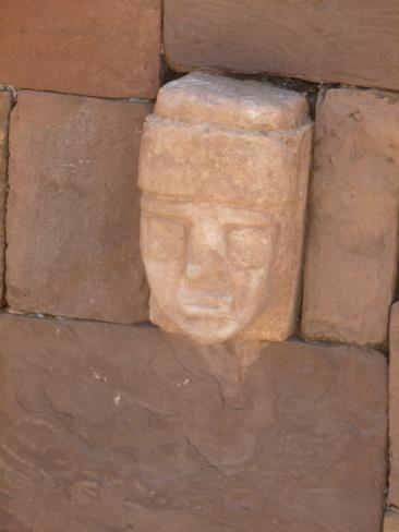 33. Des visages sculptés ornent le mur intérieur de l'enceinte du temple