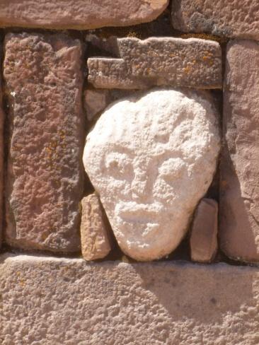 34. Des visages sculptés ornent le mur intérieur de l'enceinte du temple2