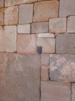 37. Le mur a été monté à l'aide de pierres de toutes tailles