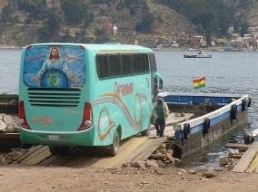 56. En route vers Copacabana, notre bus doit prendre le traversier