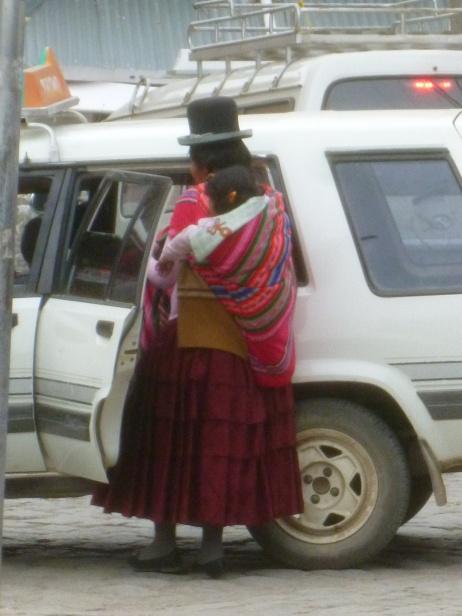 61. Mère bolivienne avec son petit sur le dos