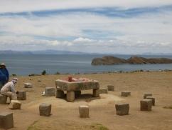 73. Authentique table sacrificielle Inca...squattée sans gêne par un vendeur de tapis...