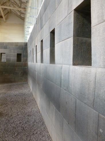 25. Vestiges du temple, les murs sont on ne peut plus lisses, signe de la noblesse qui occupait les lieux