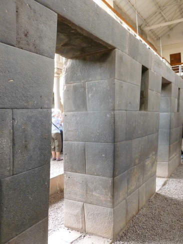 26. Vestiges du temple, entrées des bâtiments