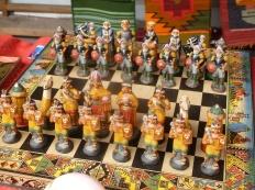 41. En guise de souvenirs des vendeurs proposent des jeux d'échecs, colons Espagnols vs Incas