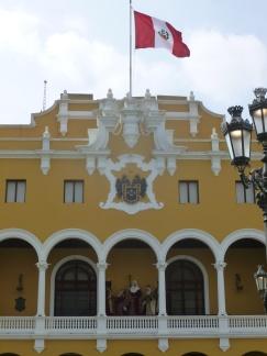 31. Laïcité péruvienne - Crèche géante dans bâtiment public