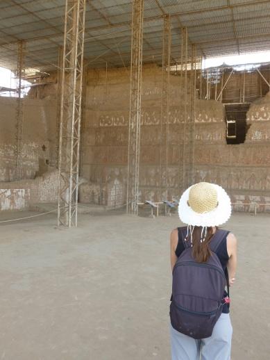 53. Observation des fresques à l'extérieur du temple