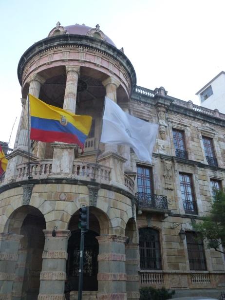 6. Vieux bâtiment et drapeau national