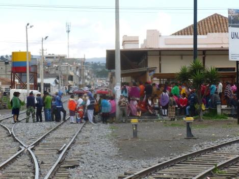 15. En arrivant, un rassemblement d'Equatoriens nous donne à voir un beau panel de tenues traditionelles !