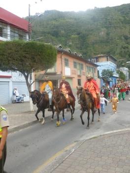26. De retour dans la ville nous assistons à une parade de Noël