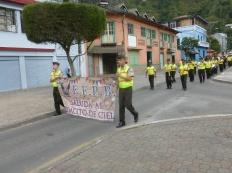 27. Même les policiers défilent pour rendre hommage au cadeau du ciel... Laïcité équatorienne