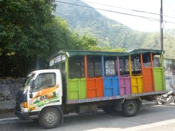 31. Petit camion qui emmène voir les cascades des alentours
