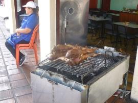 49. Nous sommes enfin témoins de nos premiers cochons d'Inde grillés...