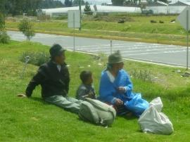 50. Une famille équatorienne attend son bus