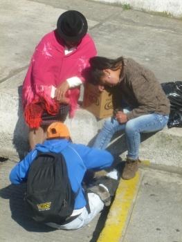 7. Une jeune fille se fait cirer les chaussures par un garçon encore plus jeune qu'elle...