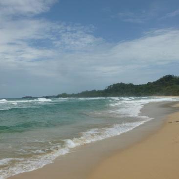13. De la jungle nous débouchons sur une longue et belle plage