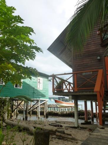 17. Le bord de l'eau est occupé par des maisons sur pilotis