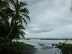26. La plage en face de chez nous est faite de sable noir