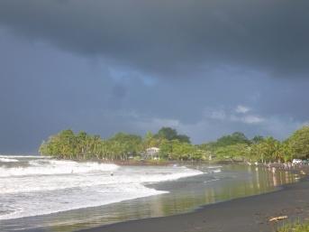 27. La plage en face de chez nous est faite de sable noir2