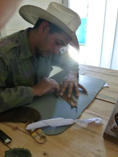 Cuba - Vinales - Producteur cubain roulant un cigare