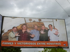 Cuba - Santa Clara - Dans la ville des anciens héros, une grande affiche en l'honneur des nouveaux, los cincos
